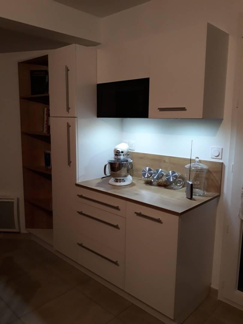 Pose d\'une cuisine CONTEMPORAINE en mélaminé Frêne Blanc et Bois à ...